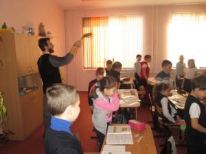 10 иерей Михаил Соловьев, посетил школы №7 и№8 г. Урюпинска.